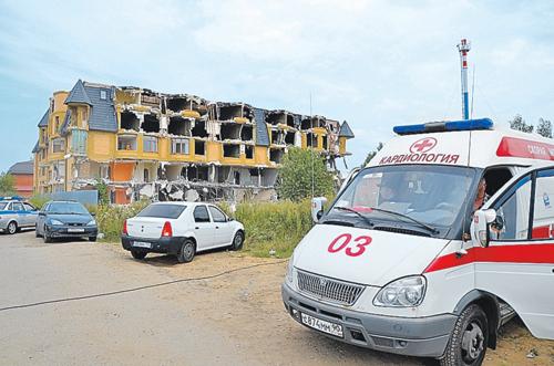 Во время сноса дома в Вешках рядом на всякий случай дежурит «Скорая».