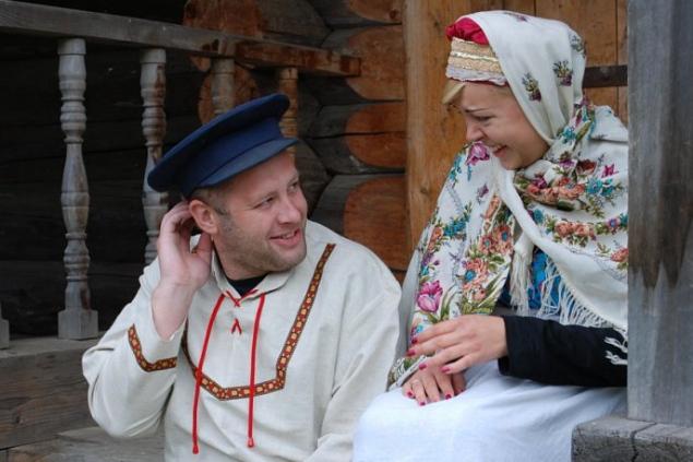 Вместо белого платья и костюма некоторые надевают сарафан и русскую рубаху.