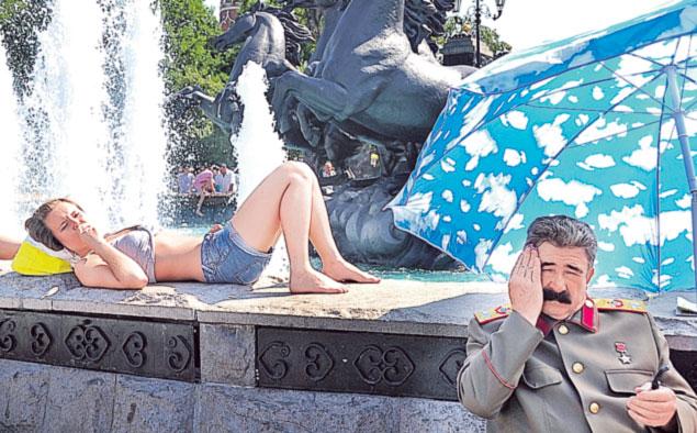 Пока интеллектуалы пугают Сталиным друг друга, народ не имеет ничего против его двойников.