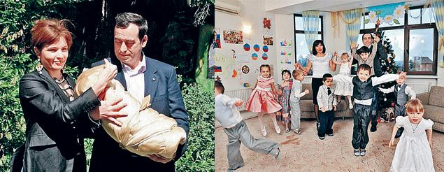 Совсем недавно Елена и Роман Авдеевы усыновили еще троих грудничков. На фото слева - момент, когда они забирают из детской больницы одного из малышей.