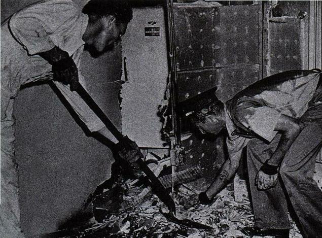 Полиция обследует комнату, в которой произошло самовозгорание