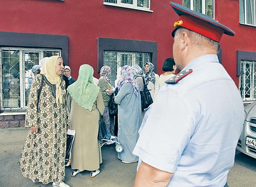 Татарки-мусульманки согласно обычаям носят платки, завязанные сзади в пучок и оставляющие напоказ дорогие серьги. Но сегодня в Татарстане все больше женщин в глухих хиджабах.
