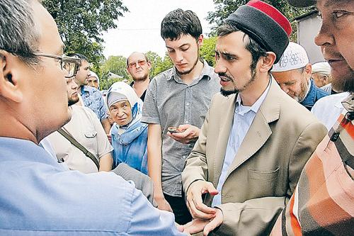 Рустам Сафин - имам мечети, которая в аналитических сводках числится ваххабитской, - убеждает татар, что они будут счастливы только при шариате.