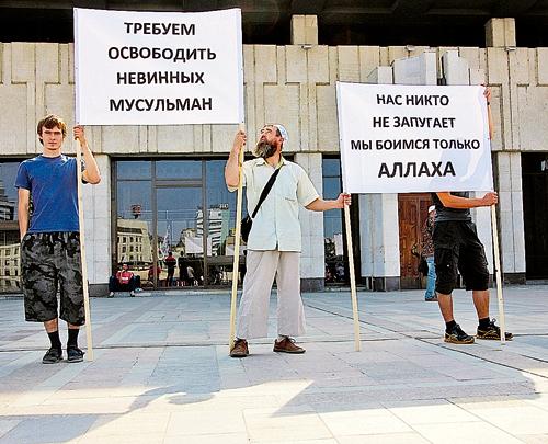 После того как полиция Татарстана начала задерживать подозреваемых  в покушении на пророссийских имама и муфтия,  сторонники «чистого ислама» вышли на митинги против своего «притеснения».