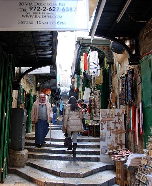 Главная туристическая улица - виа Долороса - по ней вели Христа на Голгофу.