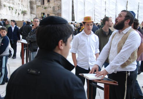 Главное место паломничества иудеев - Стена плача.