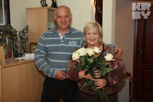 Уже много лет Александр Валентинович верный помощник знаменитой супруги: и дома, и на работе.