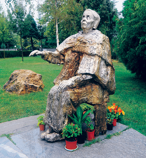 С памятником Вангелии стали происходить чудеса: недавно скульптура