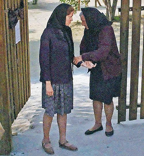 Яковлеву (справа) для роли пожилой Вангелии гримировали по пять часов в день.