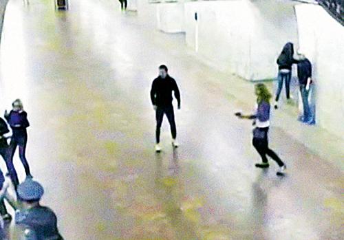 Камера видеонаблюдения зафиксировала, как девушка стреляет в толпу дерущихся, которых не может остановить даже полицейский (в левом нижнем углу).