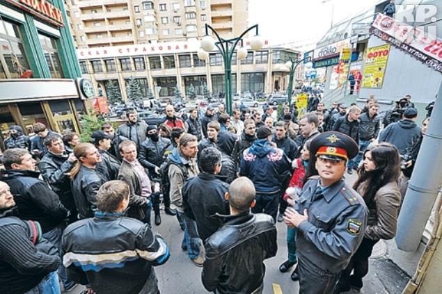 Чтобы защитить Панченко от возможной мести, к отделению полиции пришли около 100 человек