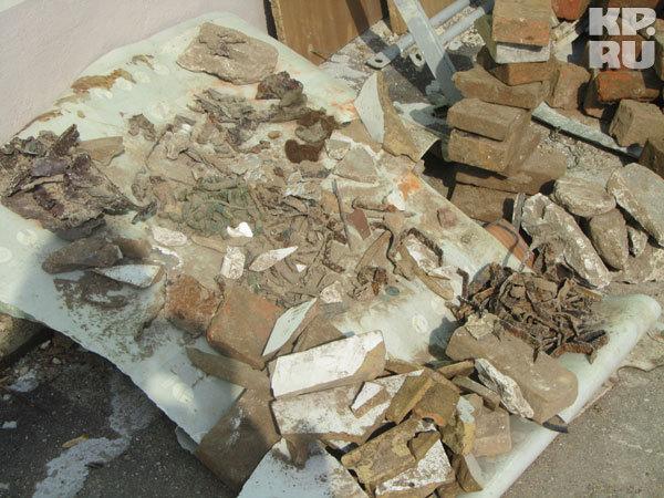 Внизу все вперемешку: остатки саркофага, кости, камни.