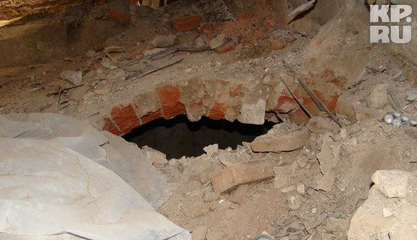 В полу зияли ужасные дыры.
