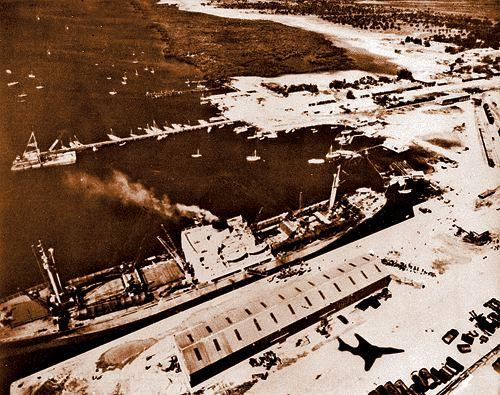 Аэрофотосъемка американского самолета-разведчика: советский корабль увозит с Кубы ракетные установки.