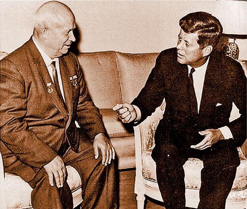 Никита Сергеевич Хрущев (слева) и Джон Кеннеди спасли мир в октябре 1962 года.