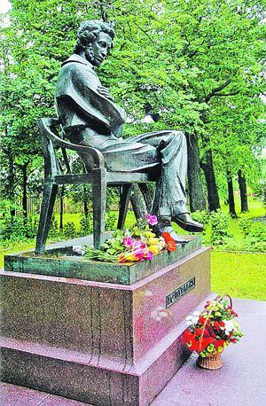 Памятник Пушкину в Болдинском парке.