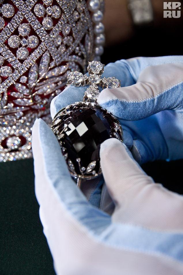 Венчает корону рубеллит весом 384 карата