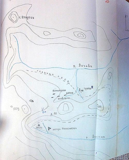 Схема расположения палатки дятловцев, лагеря поисковиков и найденных трупов.