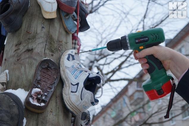 Теперь на чудо-столбе красуется и кроссовок корреспондента «Комсомолки».