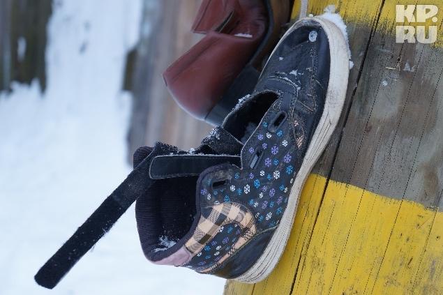 Ботинки Андрей крепит на саморезы с помощью шуруповерта.