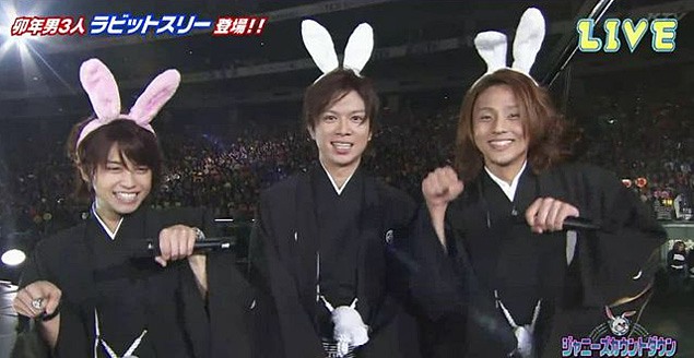 Японские айдолы - настоящие мальчики-зайчики. Журналистам не хамят и уж тем более их не бьют.