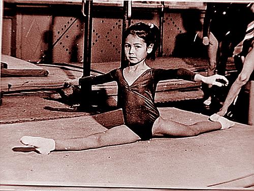 Родители хотели отдать дочку в балет, но на улице надевочку обратила внимание тренер похудожественной гимнастике.