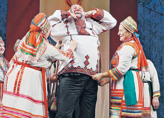 Саранске актер получил еще и русскую народную рубаху. Чтоб стать россиянином не только по паспорту