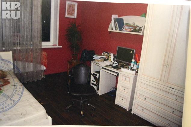 В этой комнате на кровати (слева) и нашли тело истерзанной Олеси