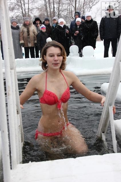 Красивые девушки вдохновляли многих на заход в ледянную воду.