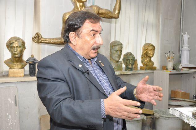 Арам Григорян в своей мастерской. Рассказывает, кого он только не лепил: и иностранных президентов, и российских воров в законе, но только тех, которые ему симпатичны.