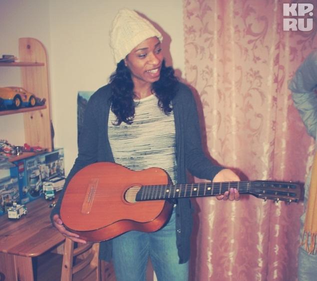 Жасмин Томас пыталась научиться играть на гитаре