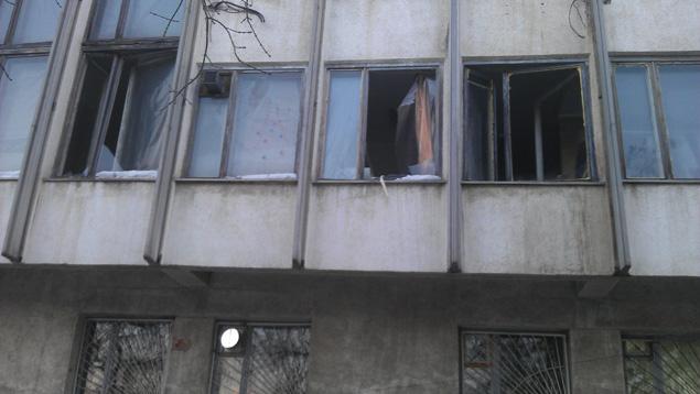 В некоторых зданиях выбиты окна.