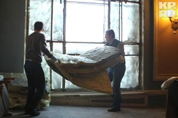 Пока вылетевшие стекла не заменили, люди утепляют здания подручными средствами