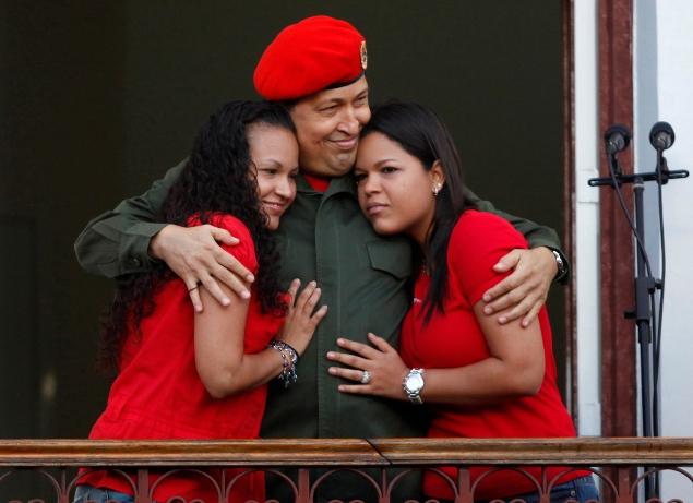 Уго Чавес с дочерьми на балконе своего президентского дворца