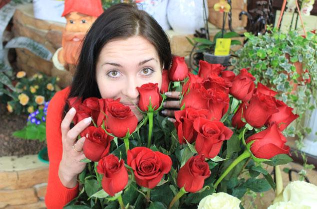 -Хочется, чтобы вы подольше стояли, цветочки!