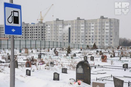 Расстояние между жилым домом и кладбищем - 80 метров.