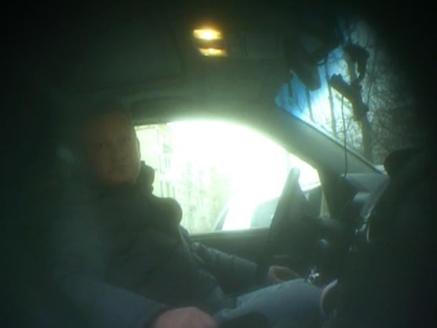 Врач-взяточник Александр Мошков не подозревает, что его снимают скрытой камерой (съемку любезно предоставила программа