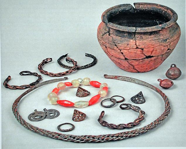 Москвички в те времена носили стеклянные браслеты, которые часто ломались. По их осколкам датировали древние поселения на территории современного города
