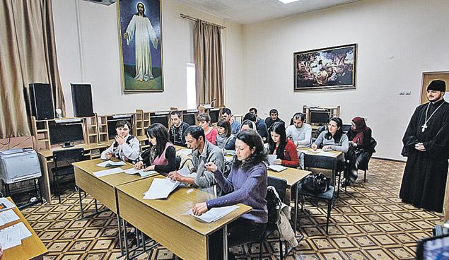 Церковь впервые за последнее столетие активно включилась в межнациональные процессы. На базе семинарии в Ставрополе организованы курсы русского языка для мигрантов.