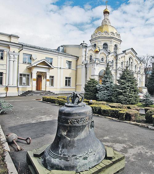 Этот израненный колокол - из Грозного, из храма Михаила Архангела. Он был вывезен в разгар боев.
