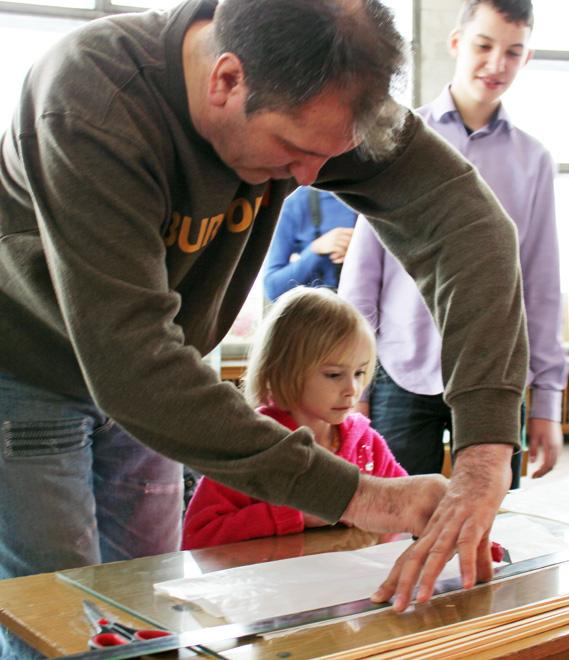 Вместе со взрослыми малыши рисовали и клеили воздушных змеев