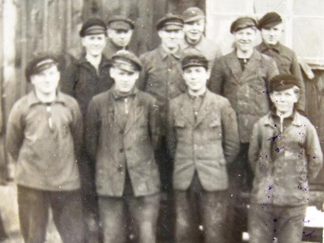 В 14 лет Ульрих стал учеником по строительству судов (на фото в нижнем ряду второй справа).