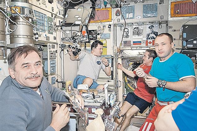 У российских космонавтов в семь раз меньше жизненного пространства, чем у американцев (фото сделано недавно в модуле «Звезда»).