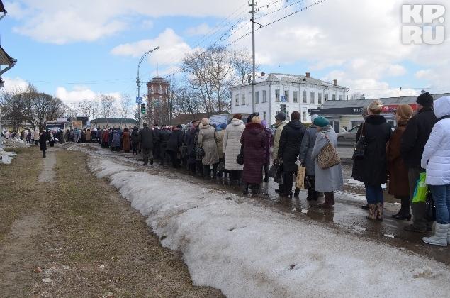 Люди по 6-8 часов стоят в очереди, чтобы увидеть мощи святой.