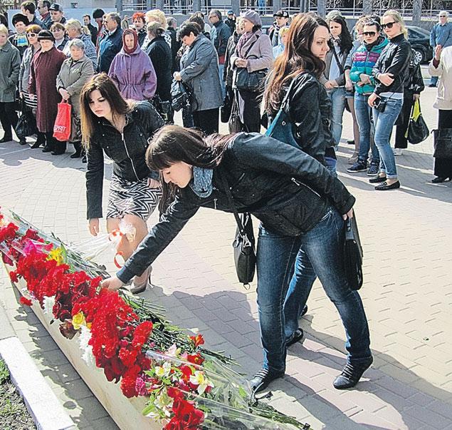Вчера в Белгороде все несли и несли цветы к месту, где негодяй убил людей.