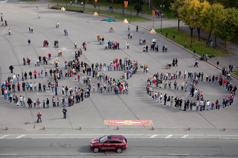 Более 300 человек изобразили прошлой осенью ооочень большой велосипед.