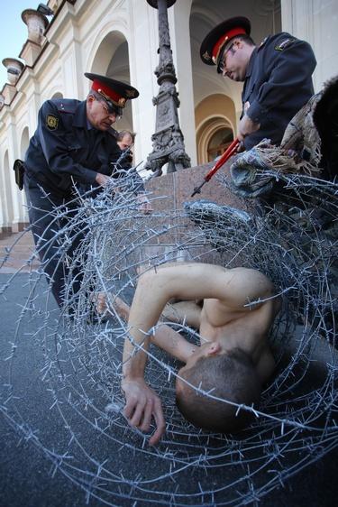 От колючей проволоки петербургского художника освобождали правоохранители