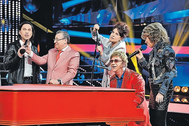 В образе сэра Элтона Джона Сергей Пенкин (в центре) не постеснялся пригласить за рояль всех членов жюри. Фото: Анатолий Жданов