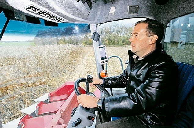 Во время своих поездок по регионам Дмитрий Медведев не упускает возможности протестировать какую-нибудь технику. В Ставропольском крае премьер сел за руль зерноуборочного комбайна.