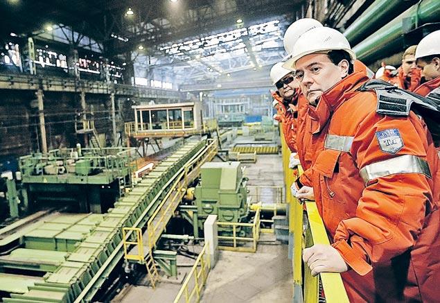 Несколько раз в месяц премьер инспектирует различные предприятия. В Новокузнецке на заводе ЕВРАЗ Дмитрий Медведев посмотрел, как выпускают 100-метровые рельсы.